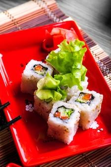 Foto di rotolo di verdure su piatto rosso