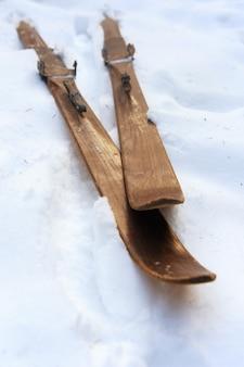 Foto di vecchi sci in legno d'epoca sulla terrazza di una casa di campagna