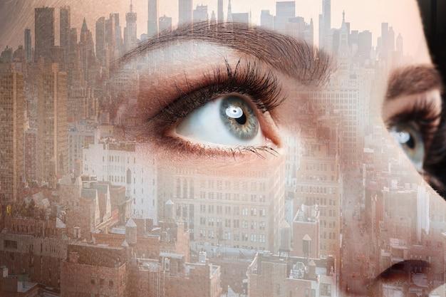 Foto dell'occhio della donna e della città d'affari. grattacielo a doppia esposizione sullo sfondo.