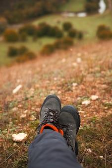 Foto delle gambe della donna su una collina in autunno