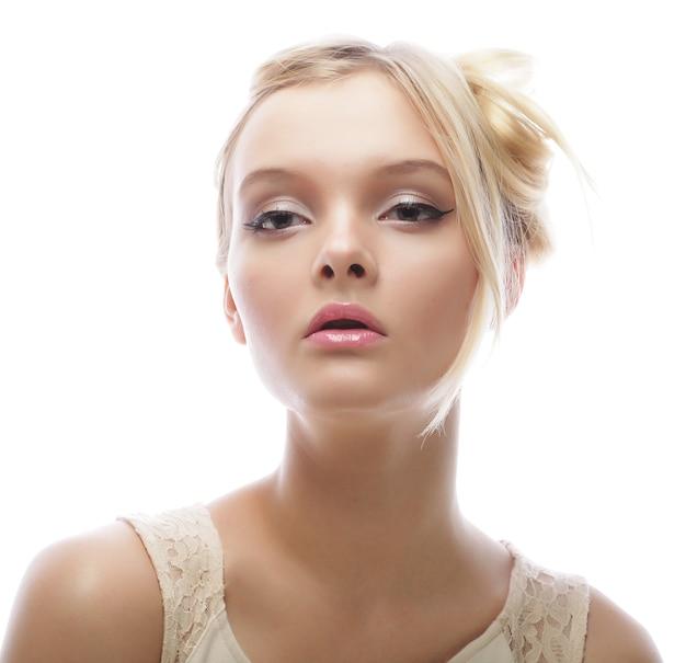 Foto di giovane bella donna con capelli biondi isolati su bianco