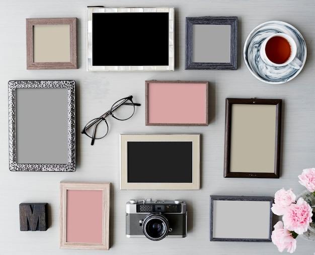 Collage di foto con fotocamera, fiori e una tazza di tè