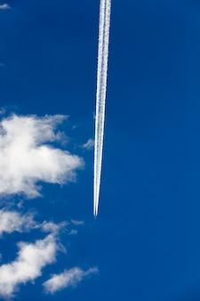 Fotografato l'aereo durante il volo nel cielo blu, nuvola