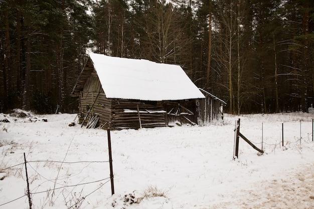 Fotografato da una vecchia costruzione in legno da vicino. inverno