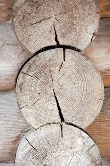 Casa con struttura in primo piano fotografata fatta di tronchi di legno, bielorussia