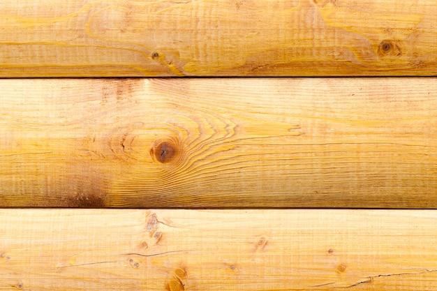Primo piano fotografato di una parte del muro dell'edificio, realizzato in legno