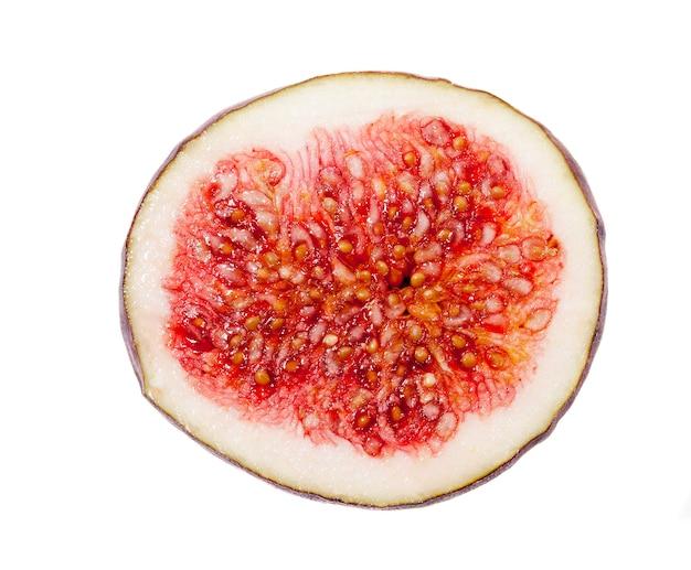 Primo piano fotografato di fichi freschi maturi rossi, tagliati in due metà