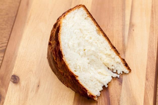 Cupcake primo piano fotografato, cucinato a casa e sdraiato su una tavola di legno