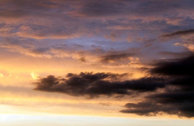 Un colore fotografato nelle calde tonalità del cielo durante il tramonto