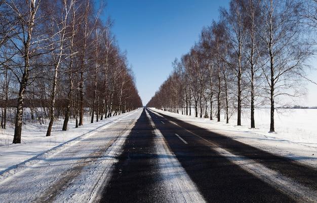 Strada fotografata in inverno. inverno, la strada è coperta di neve