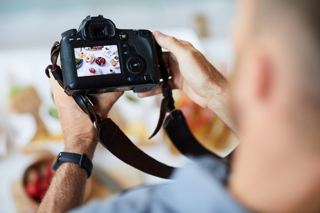 Fotografo holding camera
