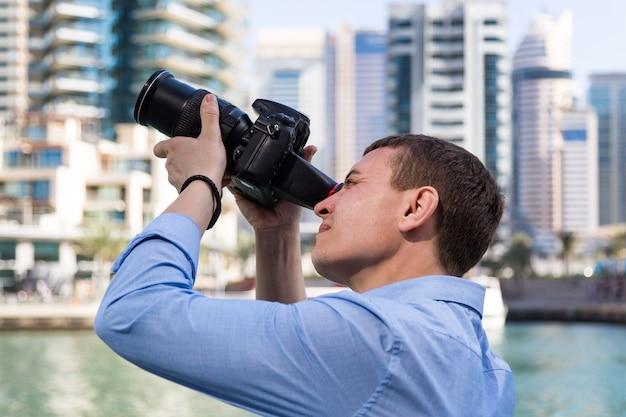 Il fotografo è impegnato nella fotografia pubblicitaria di edifici cittadini