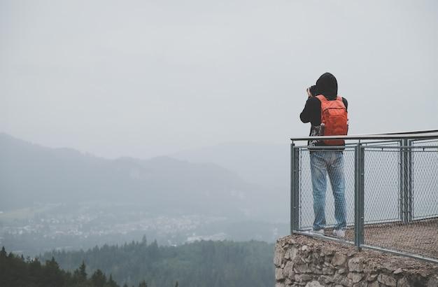 Il fotografo sta scattando una foto alle montagne