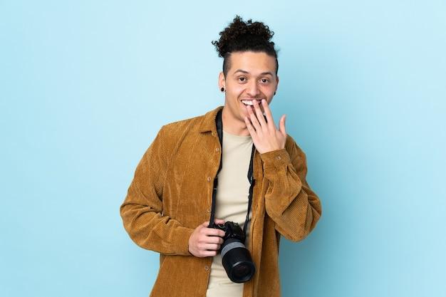 Uomo del fotografo sopra l'azzurro isolato con l'espressione facciale di sorpresa