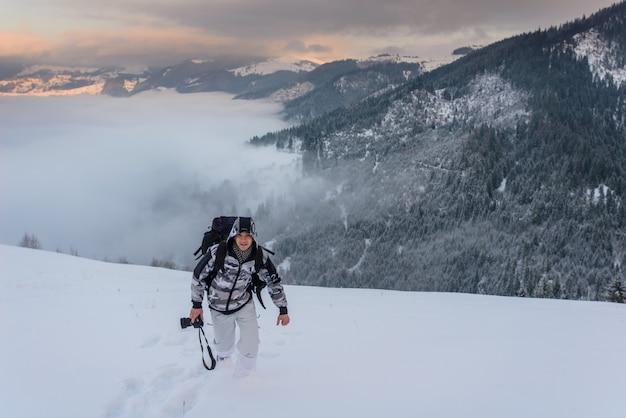Fotografo nella cresta del monte