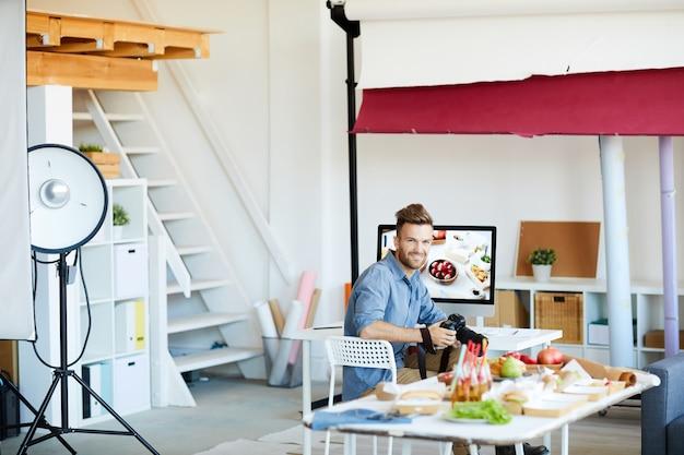 Fotografo in posa in studio