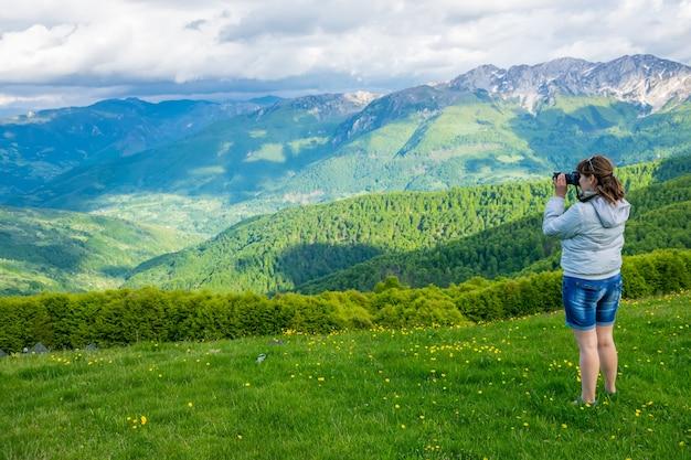 Il fotografo spara alla cima della montagna komovi in montenegro
