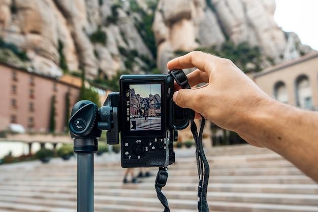 Fotografo che cattura le foto di una coppia nel monastero di montserrat, barcellona, spagna