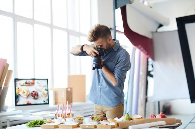 Fotografo che scatta foto di cibo in studio