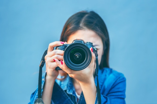 Fotografo a scattare foto con la fotocamera digitale. tono vintage.