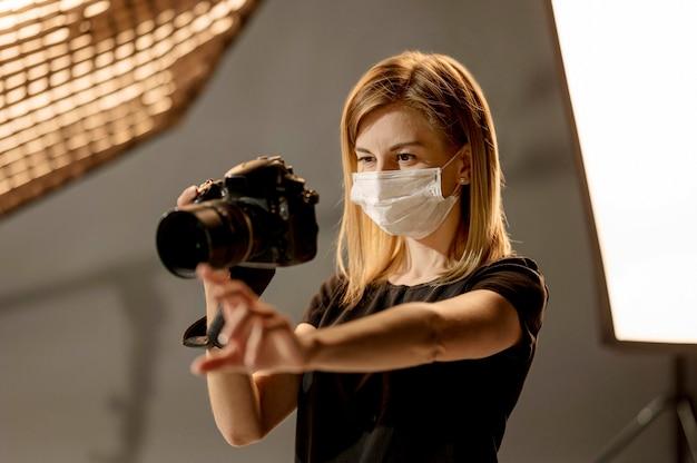 Fotografo che indossa una maschera medica