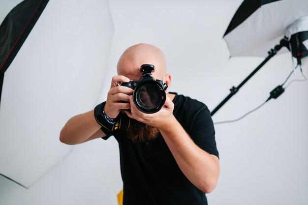 Un fotografo con la macchina fotografica in studio