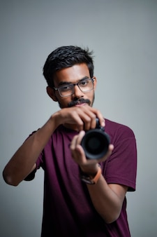 Fotografo con fotocamera su sfondo bianco.