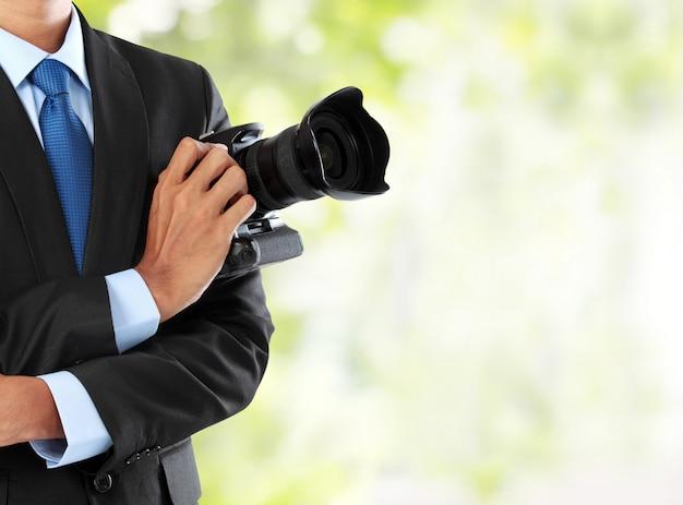 Fotografo con fotocamera reflex digitale