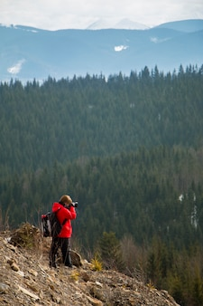 Fotografo con montagne e foreste