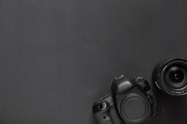 Concetto di fotografia con la macchina fotografica e gli obiettivi con lo spazio della copia