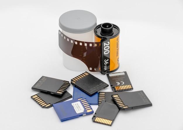 Pellicola fotografica e contenitore e schede di memoria digitale isolate