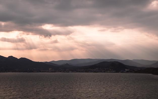 Fotografia del tramonto sul lago
