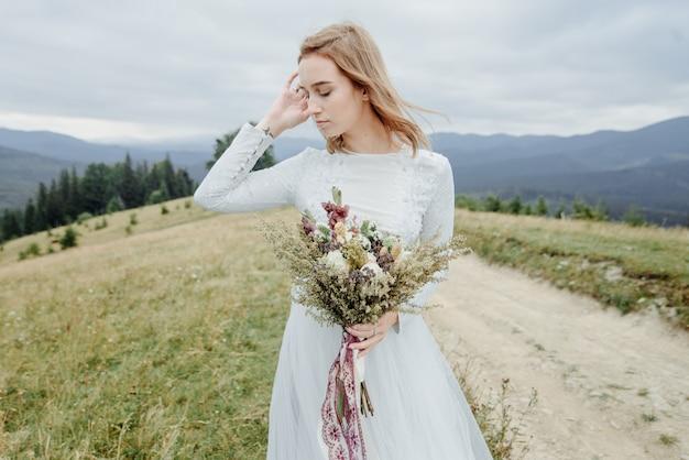 Servizio fotografico della sposa in montagna. foto di matrimonio in stile boho.
