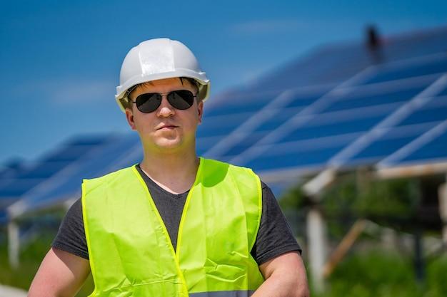 Apparecchiature per la produzione di energia fotovoltaica. energia verde. elettricità. pannelli energetici di potenza. ingegnere su un impianto solare.