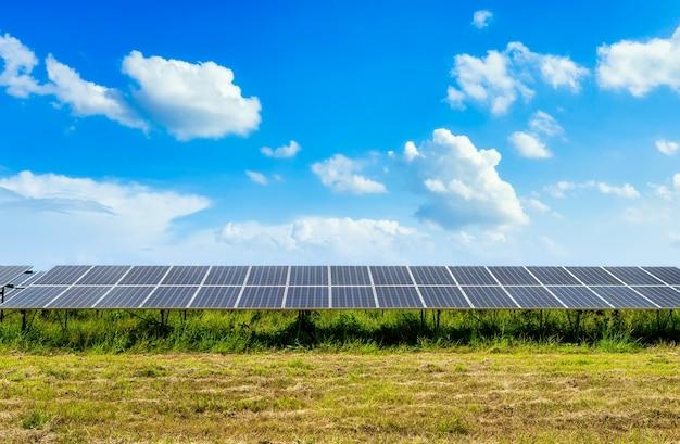 Pannello solare fotovoltaico sullo sfondo del cielo, concetto di energia alternativa pulita verde.