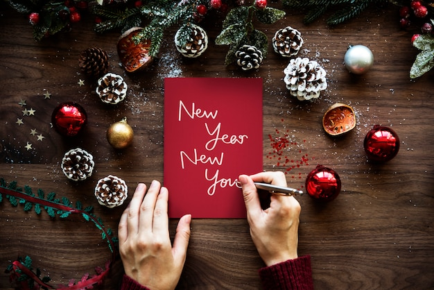 Frase new year new you su un foglio rosso