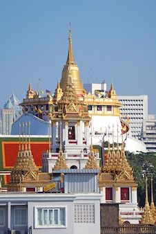 Phu khao thong pagoda con la parte superiore della pagoda loha prasat in primo piano bangkok thailandia