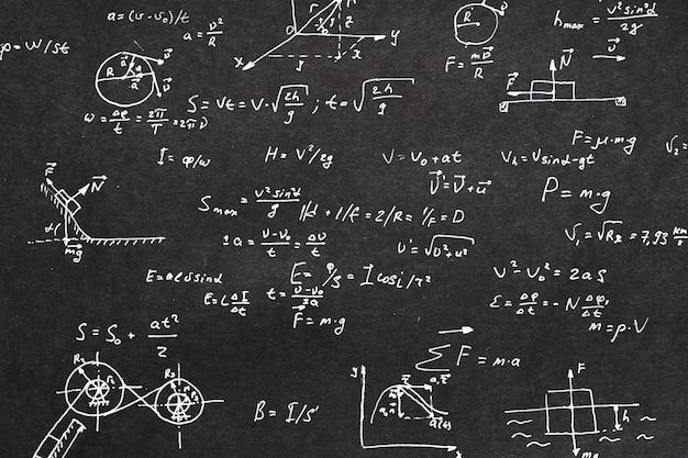 Formula di fisica scritta sulla lavagna