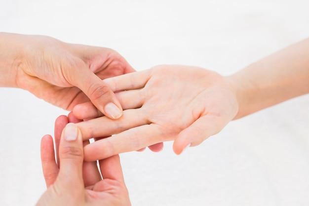 Fisioterapista che fa massaggio della mano
