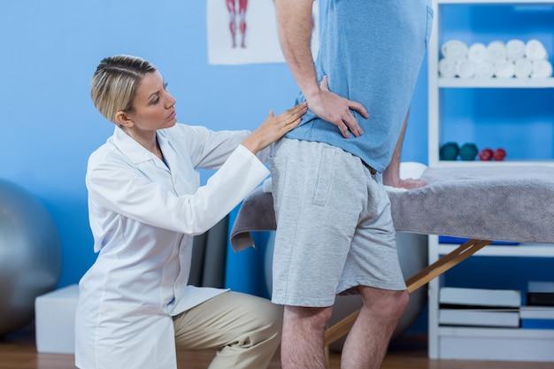 L'esame del fisioterapista equipaggia la schiena