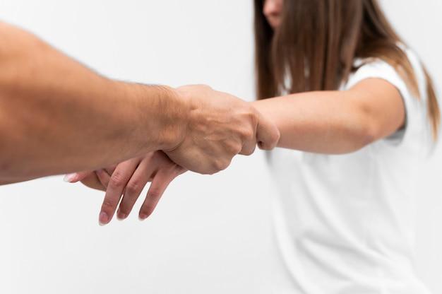 Fisioterapista che massaggia il polso della donna
