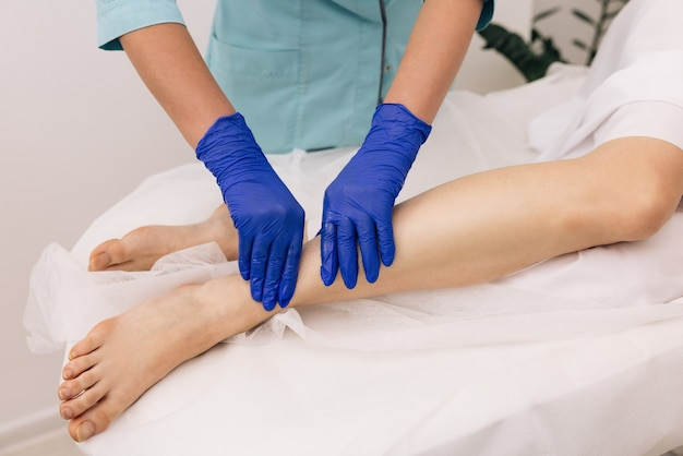 Fisioterapista donna operaia che assiste il recupero dell'esercizio fisico medico dopo gli infortuni