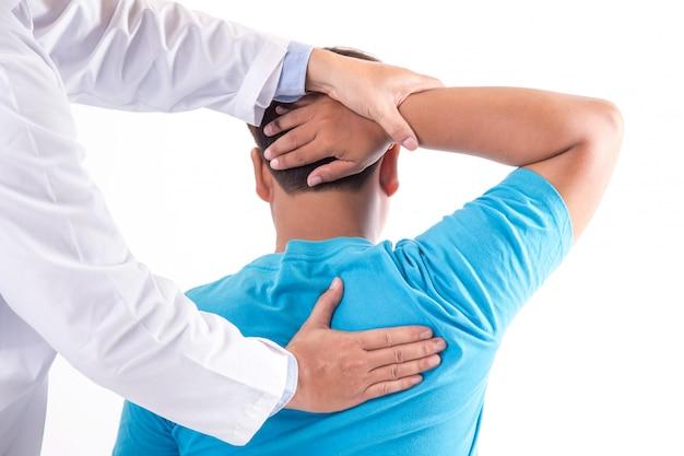 Fisioterapista che lavora con il paziente in clinica, primo piano