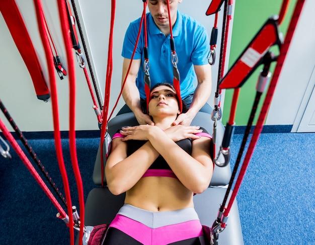 Fisioterapia. terapia di allenamento in sospensione. giovane donna che fa trazione fitness