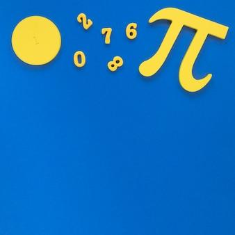 Simbolo e numeri di pi sul fondo blu dello spazio della copia