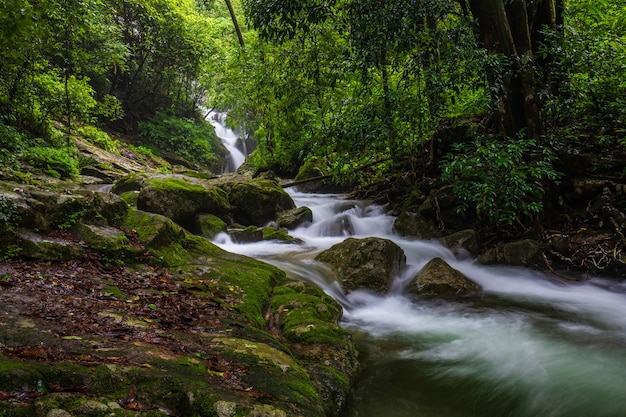 Cascata di pi-tu-gro, bella cascata nella provincia di tak, thailand.