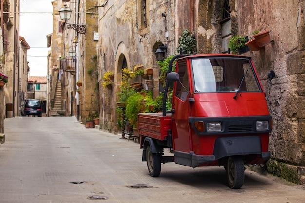 Piaggio ape in piedi nella strada vuota della vecchia città italiana