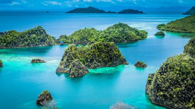 Isola di pianemo, laguna blu, raja ampat, papua occidentale, in indonesia