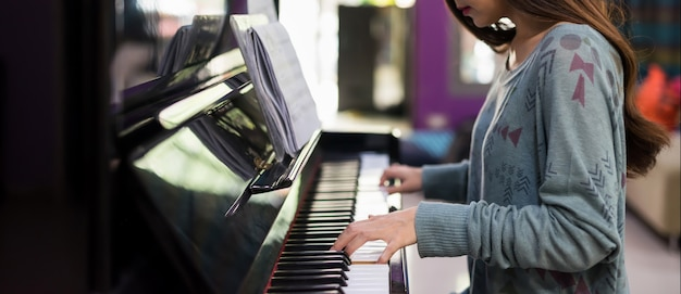 Pianista che suona la tastiera del pianoforte