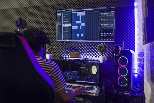 Pianista che suona il pianoforte e registra in studio